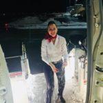 Ce înseamnă să fii însoțitoare de zbor? Livia pe scările avionului, făcând un bulgăre de zăpadă