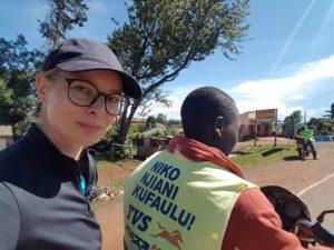 Andreea Archip, în Kenya, pe motocicletă