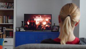 Femeie în pandemie. Fata uitându-se la televizor